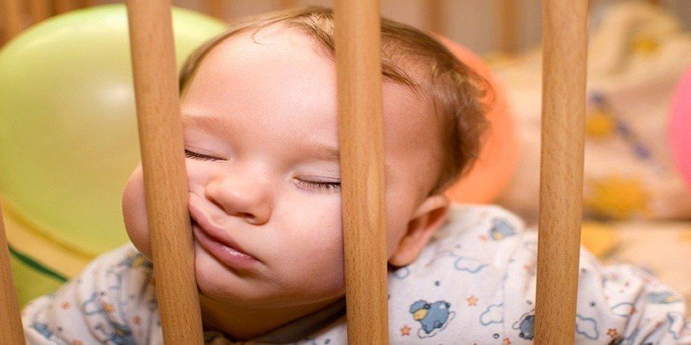 Lo psicologo o la tata per il sonno dei bambini.